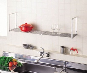 Stain-resistant hanging dish drainer for kitchen, bathroom etc. with width adjusting function