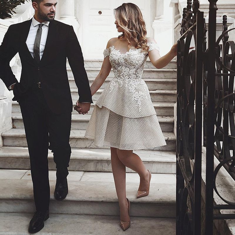 free Shipping Off The Shoulder Wedding Dress 2019 Short Champagne Appliqued Lace Bride Dresses Knee Length Backless Wedding Gowns